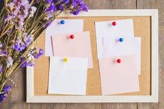 Οι κενές σημειώσεις για το φελλό επιβιβάζονται με την ξηρά ανθοδέσμη λουλουδιών, ξύλινο BA Στοκ εικόνα με δικαίωμα ελεύθερης χρήσης