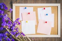 Οι κενές σημειώσεις για το φελλό επιβιβάζονται με την ξηρά ανθοδέσμη λουλουδιών, ξύλινο BA Στοκ φωτογραφίες με δικαίωμα ελεύθερης χρήσης