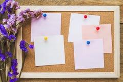 Οι κενές σημειώσεις για το φελλό επιβιβάζονται με την ξηρά ανθοδέσμη λουλουδιών, ξύλινο BA Στοκ Εικόνα