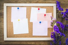 Οι κενές σημειώσεις για το φελλό επιβιβάζονται με την ξηρά ανθοδέσμη λουλουδιών, ξύλινο BA Στοκ Εικόνες