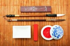 Οι Κινέζοι θέτουν για την καλλιγραφία, η τέχνη της καλλιγραφίας, βούρτσα φ Στοκ Εικόνες
