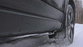 Οι κινήσεις αυτοκινήτων σε έναν χιονώδη δασικό δρόμο απόθεμα βίντεο