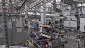 Οι κινήσεις καμερών μέσω του καταστήματος μιας μεγάλης βιομηχανικής επιχείρησης απόθεμα βίντεο