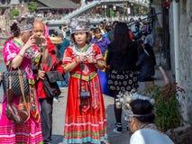 Οι κινεζικές γυναίκες έντυσαν στο παραδοσιακό κοστούμι Στοκ Εικόνες