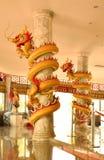 Οι κινεζικοί δράκοι δεσμεύουν τους στυλοβάτες στον κινεζικό ναό Στοκ Εικόνες