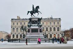 Οι κινεζικοί τουρίστες παίρνουν τις εικόνες του μνημείου στο Nicholas 1$ος Στοκ Εικόνα
