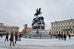Οι κινεζικοί τουρίστες παίρνουν τις εικόνες του μνημείου στο Nicholas 1$ος Στοκ Εικόνες