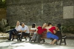 Οι κινεζικοί τουρίστες που παίρνουν το NAP καλλιεργούν δημόσια στη Σαγκάη Στοκ Φωτογραφίες