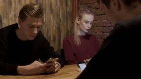 Οι κινητές συσκευές καθιστούν τους ανθρώπους πολυάσχολους με τους ανθρώπους χάρι στη σύγχρονη τεχνολογία απόθεμα βίντεο