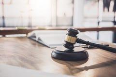 Οι κλίμακες της δικαιοσύνης και Gavel στον ηχώντας φραγμό, το αντικείμενο και ο νόμος κρατούν στην εργασία με τη συμφωνία δικαστώ στοκ εικόνες