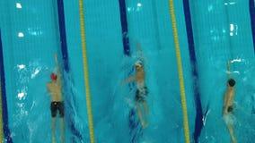 Οι κολυμβητές ανταγωνίζονται στην ομάδα τριών ατόμων φιλμ μικρού μήκους