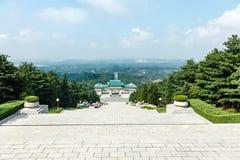 Οι κορεατικοί μαθητές αναρριχούνται στα σκαλοπάτια στο αναμνηστικό νεκροταφείο των revolutionaries στοκ εικόνες