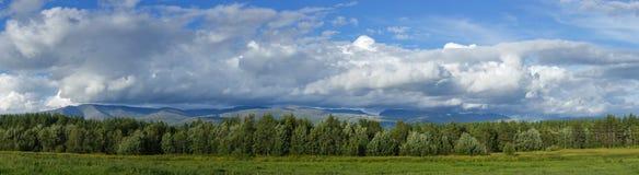 Οι κορυφές των βουνών, του Khibiny και του νεφελώδους ουρανού Στοκ εικόνα με δικαίωμα ελεύθερης χρήσης