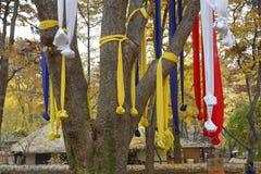 Οι κορδέλλες προσευχής το φθινόπωρο χρωματίζουν στο παραδοσιακό λαϊκό χωριό Namsangol, Σεούλ, Νότια Κορέα το Νοέμβριο του 2013 Στοκ εικόνα με δικαίωμα ελεύθερης χρήσης