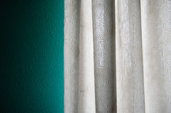 Οι κουρτίνες στο παράθυρο Στοκ φωτογραφίες με δικαίωμα ελεύθερης χρήσης