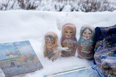Οι κούκλες Matryoshka ή οι ρωσικές κούκλες πωλούν την αγορά Στο χιόνι Στοκ εικόνα με δικαίωμα ελεύθερης χρήσης