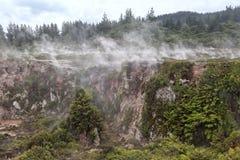 Οι κρατήρες του φεγγαριού είναι μια ενδιαφέρουσα γεωθερμική διάβαση πεζών, Τ στοκ φωτογραφία με δικαίωμα ελεύθερης χρήσης