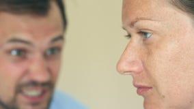 Οι κραυγές ανδρών στη γυναίκα Το πρόσωπο μιας γυναίκας στο σχεδιάγραμμα είναι κινηματογράφηση σε πρώτο πλάνο, το πρόσωπο ενός άνδ φιλμ μικρού μήκους