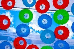Οι κρεμώντας ζωηρόχρωμες ομπρέλες Στοκ Φωτογραφίες