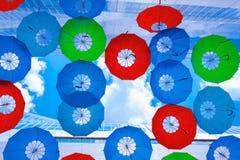 Οι κρεμώντας ζωηρόχρωμες ομπρέλες Στοκ φωτογραφία με δικαίωμα ελεύθερης χρήσης