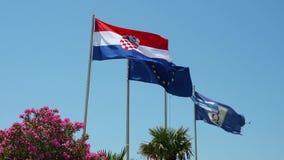 Οι κροατικές, ευρωπαϊκές και τοπικές σημαίες απόθεμα βίντεο