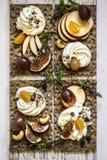 Οι κροτίδες, οι κροτίδες παξιμαδιών, τα σύκα και το τυρί ricotta είναι έτοιμες για τα υγιή τρόφιμα, σταφύλια, ριβήσια ακρωτηρίων, Στοκ φωτογραφία με δικαίωμα ελεύθερης χρήσης