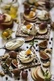 Οι κροτίδες, οι κροτίδες παξιμαδιών, τα σύκα και το τυρί ricotta είναι έτοιμες για τα υγιή τρόφιμα, σταφύλια, ριβήσια ακρωτηρίων, Στοκ Φωτογραφία