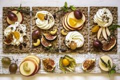 Οι κροτίδες, οι κροτίδες παξιμαδιών, τα σύκα και το τυρί ricotta είναι έτοιμες για τα υγιή τρόφιμα, σταφύλια, ριβήσια ακρωτηρίων, Στοκ Εικόνες