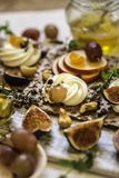 Οι κροτίδες, οι κροτίδες παξιμαδιών, τα σύκα και το τυρί ricotta είναι έτοιμες για τα υγιή τρόφιμα, σταφύλια, ριβήσια ακρωτηρίων, Στοκ Φωτογραφίες