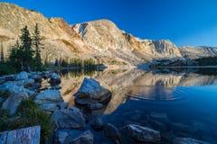 Οι κυματισμοί δημιουργούν τα δαχτυλίδια στην επιφάνεια μιας λίμνης βουνών το πρωί στοκ φωτογραφίες με δικαίωμα ελεύθερης χρήσης