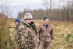 Οι κυνηγοί καλούν τη βοήθεια, εκδοτική Στοκ Εικόνα