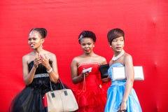 Οι κυρίες μοδών ντύνουν το γεγονός ιπποδρόμου Στοκ φωτογραφία με δικαίωμα ελεύθερης χρήσης