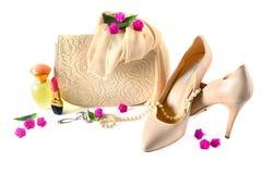 Οι κυρίες τοποθετούν σε σάκκο, παπούτσια, κόσμημα, καλλυντικά και αρώματα που απομονώνονται στο W Στοκ Εικόνα