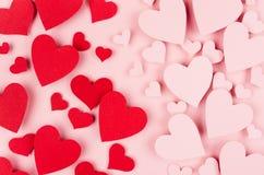 Οι κόκκινες και ρόδινες καρδιές εγγράφου ως αρσενικό και θηλυκό σύμβολο πετούν στα ύψη στο μαλακό ρόδινο υπόβαθρο χρώματος Έννοια Στοκ φωτογραφίες με δικαίωμα ελεύθερης χρήσης
