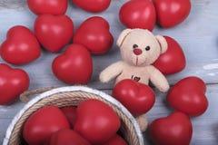 Οι κόκκινες καρδιές Teddy αντέχουν την ξύλινη αγάπη ημέρας βαλεντίνων κάδων γιορτάζουν μαζί για πάντα την έκπληξη επετείου ρομαντ Στοκ Εικόνα