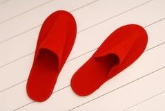 Οι κόκκινες παντόφλες από το ξενοδοχείο, κόκκινες παντόφλες από το αεροπλάνο είναι στο λευκό Στοκ Εικόνα