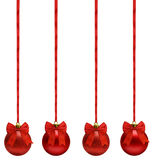 Οι κόκκινες σφαίρες Χριστουγέννων που κρεμούν στην κορδέλλα υποκύπτουν σε μια σειρά, ψαλιδίζοντας το ελαφρύ κτύπημα Στοκ Φωτογραφίες