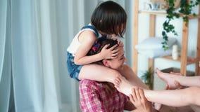 Οι κόρες κάθονται στους ώμους των γονέων τους και η οικογένεια έχει τη διασκέδαση, σε αργή κίνηση φιλμ μικρού μήκους