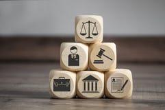 Οι κύβοι και χωρίζουν σε τετράγωνα με τα σύμβολα νόμου στοκ φωτογραφίες με δικαίωμα ελεύθερης χρήσης