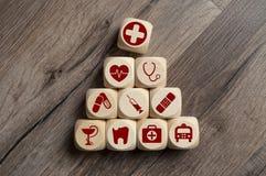 Οι κύβοι χωρίζουν σε τετράγωνα με τα ιατρικά σύμβολα στοκ εικόνα