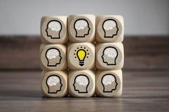 Οι κύβοι χωρίζουν σε τετράγωνα με το 'brainstorming' και την ομαδική εργασία λαμπών φωτός στοκ εικόνα με δικαίωμα ελεύθερης χρήσης