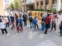 Οι κύκλοι πλήθους του Λονδίνου στρώνουν με άμμο τα γλυπτά των παγκόσμιων ορόσημων Στοκ εικόνες με δικαίωμα ελεύθερης χρήσης