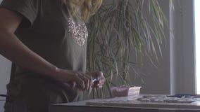 Οι κύριες πένσες κάνουν τα χαλίκια του ίδιου μεγέθους για να δημιουργήσουν ένα βίντεο μωσαϊκών απόθεμα βίντεο