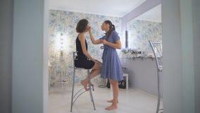 Οι κύριες σκιές ματιών χρωμάτων με το χρώμα, κορίτσι εικόνας προετοιμάζονται για το prom απόθεμα βίντεο