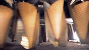 Οι κώνοι γκοφρετών κινούνται εμπρός φιλμ μικρού μήκους