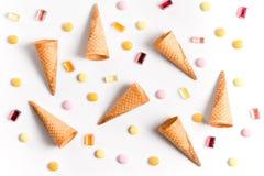 Οι κώνοι και η καραμέλα παγωτού βάζουν την επίπεδη ταπετσαρία εικόνας Στοκ Φωτογραφίες