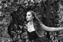 οι λατρευτές ιδιαίτερες σκοτεινές προσοχές φωτογραφικών μηχανών διαμορφώνουν το θηλυκό πρότυπο πορτρέτο που θέτει τον αρκετά σαγη Στοκ φωτογραφία με δικαίωμα ελεύθερης χρήσης