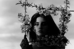 οι λατρευτές ιδιαίτερες σκοτεινές προσοχές φωτογραφικών μηχανών διαμορφώνουν το θηλυκό πρότυπο πορτρέτο που θέτει τον αρκετά σαγη Στοκ φωτογραφίες με δικαίωμα ελεύθερης χρήσης