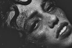 οι λατρευτές ιδιαίτερες σκοτεινές προσοχές φωτογραφικών μηχανών διαμορφώνουν το θηλυκό πρότυπο πορτρέτο που θέτει τον αρκετά σαγη Στοκ Φωτογραφίες
