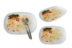 Οι λεκέδες στα πιάτα μετά από το γεύμα είναι τελειωμένοι απομονωμένος στο άσπρο υπόβαθρο με το ψαλίδισμα της πορείας στοκ εικόνες